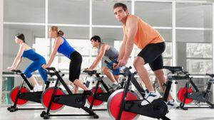 Тренировка - работа на велотренажере в зале.