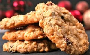 Диетическое овсяное печенье готовится без добавления муки и сахара