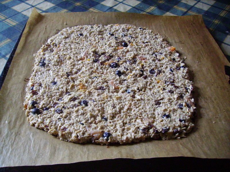 Овсяное печенье можно также готовить с добавлением ягод.