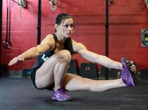 Приседания на одной ноге - выполняет упражнение правиьльно